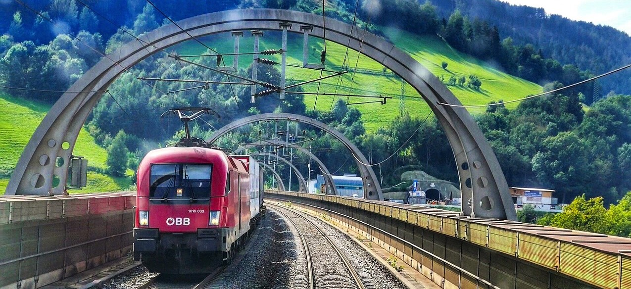 train-3244440_1280